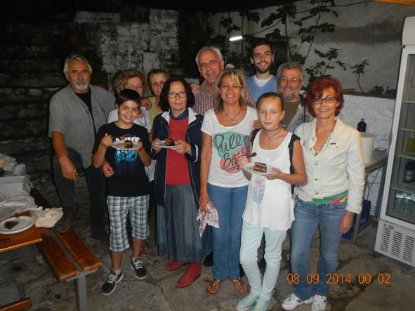 31-8-2014 έως 6-9-2014: Στην εσωτερική ισόγεια πλακοστρωμένη αυλή της οδού Στάλιου 13, μικροί και μεγάλοι οργανωτές και σερβιτόροι, λαντζέρηδες, μέλη και φίλοι του ΠΑΚΕΘΡΑ σε στιγμή ανάπαυλας μετά τη ένταση της βραδιάς.